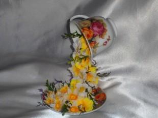 Летящая цветочная чашка